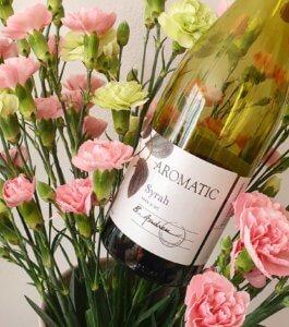 Wino aromatic syrah natle kwiatów dobre wino nawielkanoc